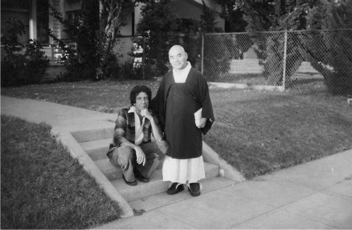 Leonard Cohen con Kyozan Joshu Sasaki en 1969. Foto: Cordon.