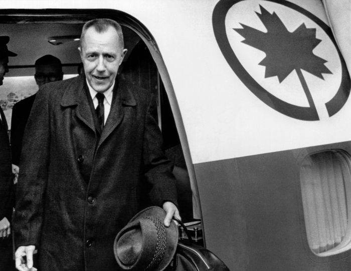 Alvin Karpis a 1930s 'Public Enemy No. 1', arrives at Montreal International Airport. Karpis was released from McNeil Island Federal Penitentiary after spending more than 32 years in prison and granted parole on the condition he leave the United States. Jan 15, 1969. (CSU_ALPHA_1254) CSU Archives/Everett Collection
