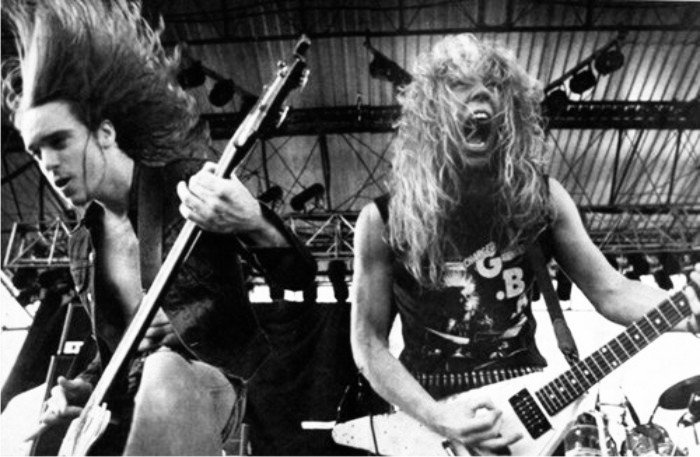 Cliff Burton y James Hetfield de Metallica en 1984. Imagen: Elektra Records.