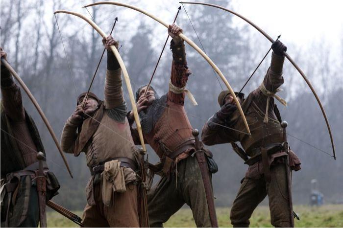 Adultos modernos jugando a guerritas medievales, versión english longbowmen. Imagen cortesía de aya-life.com
