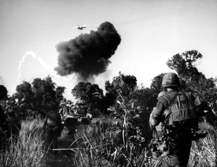 Bombardeo con napalm sobre una aldea durante la guerra de Vietnam, 1966. Fotografía: Cordon Press.