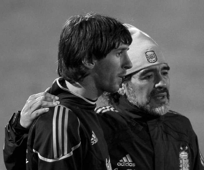 Argentina's coach Diego Maradona (R) walks alongside Lionel Messi after a practice soccer session in Pretoria June 10, 2010. REUTERS/Enrique Marcarian (SOUTH AFRICA - Tags: SPORT SOCCER WORLD CUP)