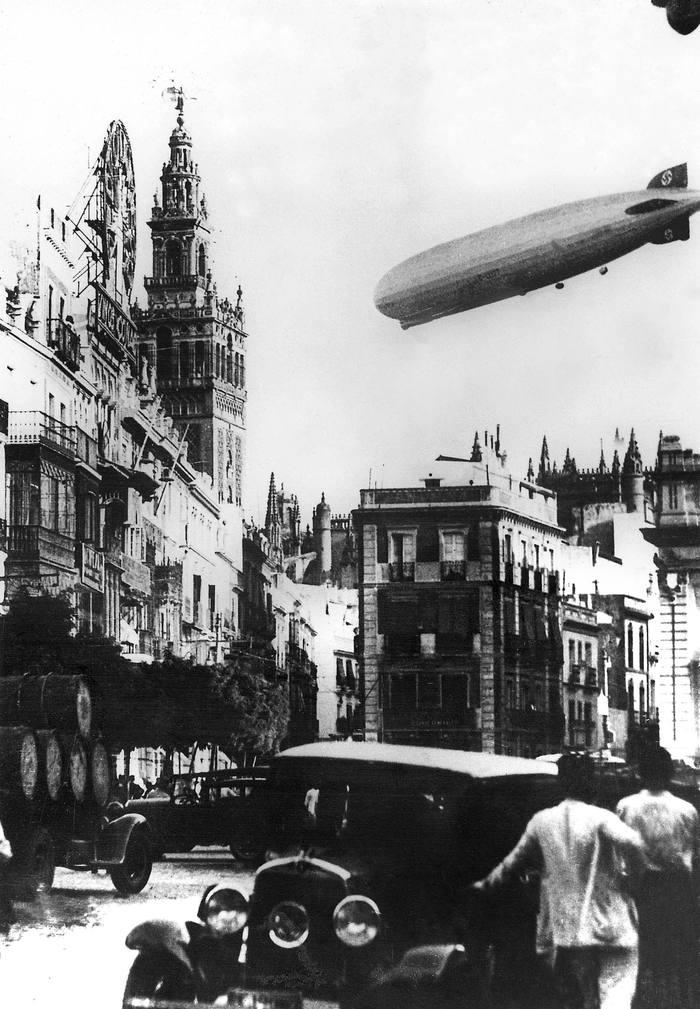 Le Graf Zeppelin (LZ 127), dirigeable allemand dont le 1er vol eut lieu le 18 septembre 1928, il detient entre autre le record de longueur de parcours (il fit le tour du monde en 12 jours en 1929) ici en 1930 au dessus de Seville (Espagne) --- The Graf Zeppelin (LZ 127), german dirigible lauched on september 18, 1928, it was the 1st dirigible to make a world tour, here over Sevilla (Spain) in 1930 *** Local Caption *** The Graf Zeppelin (LZ 127), german dirigible lauched on september 18, 1928, it was the 1st dirigible to make a world tour, here over Sevilla (Spain) in 1930