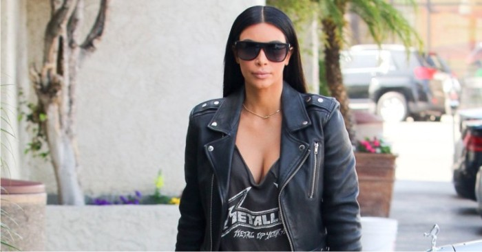 Kim Kardashian con la camiseta de Metal Up Your Ass. Foto: Cordon.