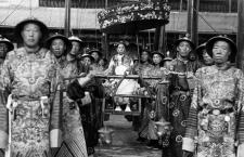 La emperatriz Cixí transportada por sus eunucos, 1908. Fotografía: DP.