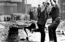 Trabajadores bailando mientras suena un gramófono en 1923. Foto: Cordon.
