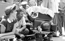 Ida Lupino (1914-1995) et l'assistant cameraman Emmett Berkholtz lors d'un tournage de film  ---  Ida Lupino (1914-1995) directing with assistant cameraman Emmett Berkholtz on set of film *** Local Caption *** Ida Lupino (1914-1995) directing with assistant cameraman Emmett Berkholtz on set of film