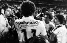 Sócrates y su camiseta del Corinthians, 1983. Foto: Jorge Araújo (CC).