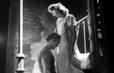 "Escena de la pelicula ""Un tranvia llamado deseo"" con el actor Marlon Brando y la actriz Kim Hunter.  5816032: (00/12/1947) Actor Marlon Brando (L) kneeling before actress Kim Hunter in a touching love scene from the Broadway production of Tennessee Williams's ""A Streetcar Named Desire."""