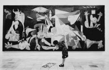 Mujer con el Guernica de Picasso. Fotografía: Corbis.