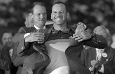 Sergio Garcia of Spain is presented the green jacket by last year's champion, Danny Willett of England, after Garcia won the 2017 Masters golf tournament in a playoff at Augusta National Golf Club in Augusta, Georgia, U.S., April 9, 2017. REUTERS/Brian SnyderCODE: X90051 Sergio Garcia gana el Master de Augusta 50/cordon press