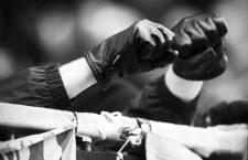 Fußball, 2. Liga, Saison 2016/2017, 20. Spieltag, 1. FC St. Pauli - SG Dynamo Dresden, Sonntag (12.02.2017), Stadion am Millerntor, Hamburg. Fäuste von Dresdner Fans mit Lederhandschuhen. RM001  Football 2 League Season 2016 2017 20 Matchday 1 FC St Pauli SG Dynamo Dresden Sunday 12 02 2017 Stadium at Millerntor Hamburg Fists from Dresdner supporters with  RM001