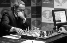 Chess grandmaster Garry Kasparov studies the board against the chess supercomputer Deep Junior, during the third game of the Man vs. Machine chess championship, in New York January 30, 2003. Kasparov defeated the computer in their first contest of a six game showdown, and drew on the second game. The contest is scheduled to run through February 7.       REUTERS/Jeff Christensen/NYK01D/30014/CORDON PRESS