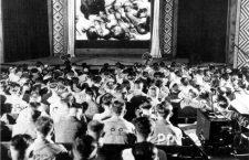 Soldados alemanes obligados a contemplar un documental sobre los campos de exterminio. Imagen: United States Holocaust Memorial Museum.