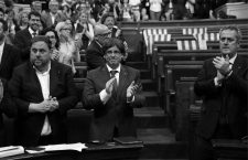Catalonia's regional President Carles Puigdemont stands with deputies after voting in a law to make formal its plans for an October 1 referendum in the Catalonian regional Parliament in Barcelona, Spain, September 6, 2017. REUTERS/Albert GeaCODE: X01398