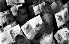 Niños leyendo, ca.1960. Fotografía: Archives New Zealand.