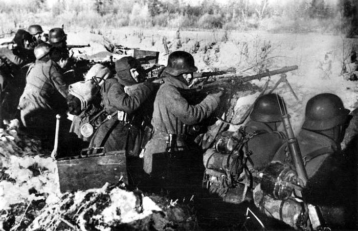Seguro el ojo y los nervios firmes los rusos están ya vistos en los barrios de Madrid. 20 aproximadamente 1941 1943p