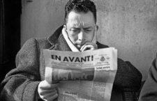 """Albert Camus (1913-1960) journaliste redacteur en chef du journal Combat de 1944 a 1947 ici lisant le journal """"En Avant !"""" journal de l'Armee du Salut au cafe Les Deux Magots a Paris en 1945    --- Albert Camus (1913-1960) french writer here writing a paper in 1945 *** Local Caption *** Albert Camus (1913-1960) french writer here writing a paper in 1945"""