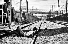 [Foto 3 — Pie de Foto: «La mirada de este transmigrante centroamericano se pierde en un entorno aparentemente inocuo —una estación de tren en México—, pero lleno de peligros: traficantes, secuestros, extorsión… en el mayor eje de migración del mundo: el que lleva al Mc-paraíso de los Estados Unidos © José Luis Mitxelena / MSF.»]