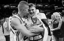 17.09.2017, Sinan Erdem Dome, Istanbul, TUR, FIBA EuroBasket 2017, Slowenien vs Serbien, Finale, im Bild Edo Muric of Slovenia and Luka Doncic of Slovenia celebrating at Trophy ceremony after winning // during the EuroBasket 2017 Final match between Slovenia and Serbia at the Sinan Erdem Dome in Istanbul, Turkey on 2017/09/17. Istanbul *** 17 09 2017 Sinan Erdem Dome Istanbul Door FIBA Eurobasket 2017 Slovenia vs Serbia Final in Picture Edo Muric of Slovenia and Luka Doncic of Slovenia celebrating AT Trophy Ceremony After Winning during The Eurobasket 2017 Final Match between Slovenia and Serbia AT The Sinan Erdem Dome in Istanbul Turkey ON 2017 09 17 Istanbul PUBLICATIONxNOTxINxAUT EX_SPIDA