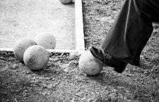 Man stepping on pin, bowling pasiego.