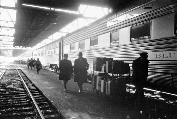 Stanley Kubrick couple with porter at train station cph.3d02371