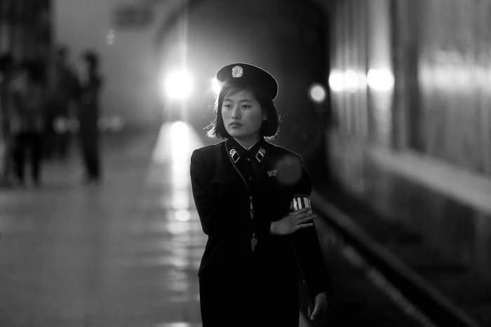 A subway worker walks away after a train departed the station in central Pyongyang, North Korea May 7, 2016.  REUTERS/Damir Sagolj - RTX2D7PY Resumen 2016