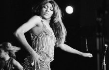 Tina Turner (epoque Ike & Tina Revue) en concert a l'Olympia a Paris 1971  (robe Azzaro)  -- Tina Turner (dress by Azzaro) on stage at the Olympia in Paris in 1971 (Ike & Tina Revue)