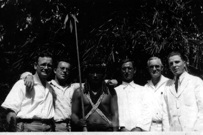 Graña junto a Mariano el Brujo y un grupo de técnicos occidentales. Foto: DP.