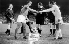 Match France Yougoslavie au centre l' arbitre M.Hausesse le 9 octobre 1965 Neg C21993 Yugoslavia  jeu de balle ballon game balloon world cup