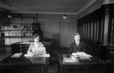 Periodistas de la agencia GPA en sus escritorios, ca. 1930. Fotografía: Getty.