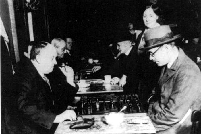 Fig 2 Pessoa jugando al ajedrez