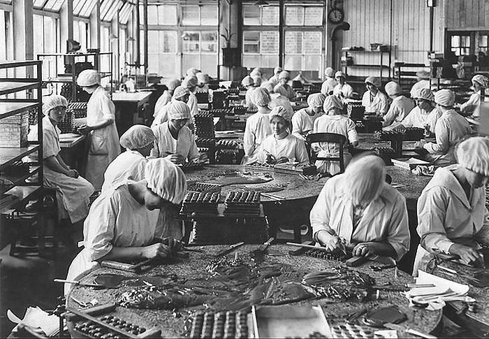 03. Trabajadoras de la fábrica de chocolate Cadbury. Mitad de los años treinta.