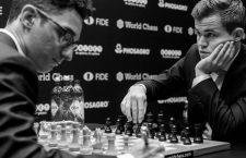 181109 Fabiano Caruana of USA and Magnus Carlsen of Norway during round 1 of The FIDE World Chess Championship 2018 on November 9, 2018 in London. Photo: Fredrik Varfjell / BILDBYRAN / kod FV / 150157 PUBLICATIONxNOTxINxDENxNORxSWExFINxAUT Copyright: FREDRIKxVARFJELL BB181109FV003