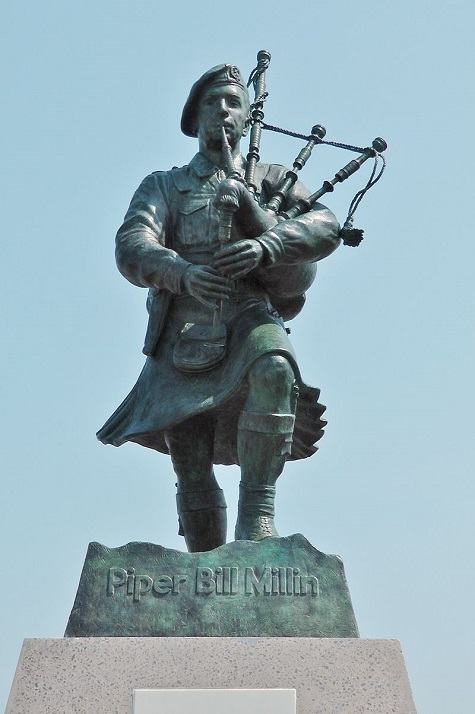 800px Piper Bill Millin Statue at Sword beach