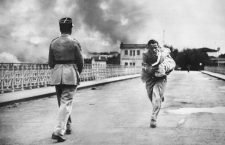 Under fire, French journalist Raymond Vankers dashes across the International bridge over the the Bidasoa river, from Irún, Spain, to Hendaye, France, to save a baby during the Battle of Irún, during the Spanish Civil War, 6th September 1936.  (Photo by Horace Abrahams/Keystone/Hulton Archive/Getty Images)