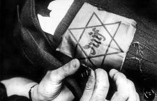 L'etoile juive (ou etoile jaune ou etoile de David) est cousue sur un brassard : a partir du 29 mai 1942 en France, son port est devenu obligatoire pour les juifs de plus de 6 ans   ---  Jewish star sewed on an armband : french Jews have to wear it during occupation during 2nd  world war, it was compulsory from may 1942 *** Local Caption *** Jewish star sewed on an armband : french Jews have to wear it during occupation during 2nd  world war, it was compulsory from may 1942