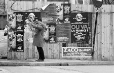 Man reading the newspaper in the district of Haut-Belleville. Paris (XXth arrondissement), 1974. Photograph by Léon Claude Vénézia.