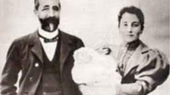 Nicolás Franco Salgado Araújo y María del Pilar Bahamonde Pardo de Andrade con su pequeño futuro genocida en brazos DP.
