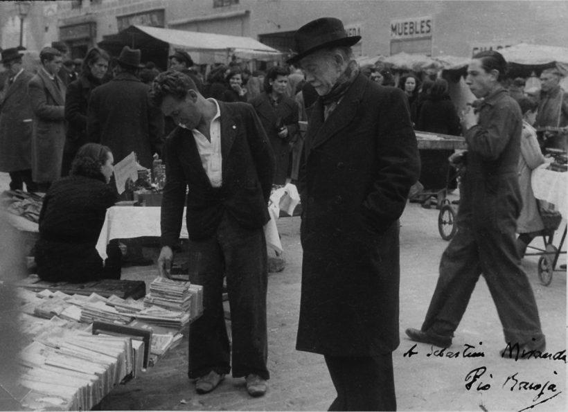 1950 Pío Baroja curioseando en El Rastro madrileño. La fotografía está dedicada a Sebastián Miranda. ABC e1571996014164