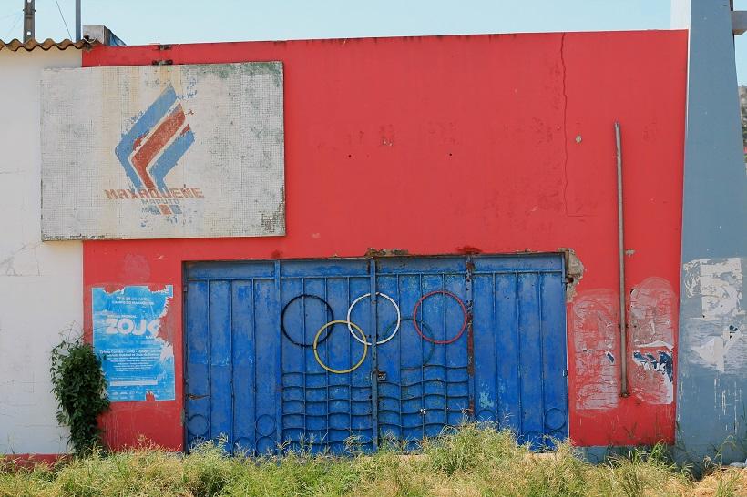 Entrada a las instalaciones del Maxaquene construidas con el dinero del fichaje de Eusébio Pablo L. Orosa