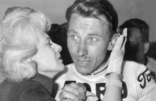 Le cycliste Jacques Anquetil avec sa femme Janine a son arrivee du Paris-Roubaix  au Parc des Princes le 30 mai 1965 ---  cyclist Jacques Anquetil with his wife Janine at the Parc des Princes in Paris at the end of the Paris-Roubaix race may 30, 1965 *** Local Caption *** cyclist Jacques Anquetil with his wife Janine at the Parc des Princes in Paris at the end of the Paris-Roubaix race may 30, 1965
