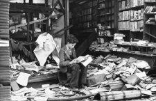 Un niño entre los escombros de una librería londinense durante el Blitz, el bombardeo de Reino Unido por parte de la Alemania nazi entre 1940 y 1941. Fotografía: The National Archives.