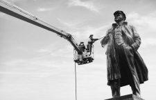 Unos operarios limpian la estatua de Vladímir Lenin en Krasnoyarsk, Rusia, 2017. Fotografía: Ilya Naymushin / Cordon Press.