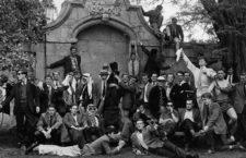 Stephen Hawking (sosteniendo el pañuelo) posa con el Club de Remo de la Universidad de Oxford, ca. 1960. Fotografía: Gillman & Soame / Stephen Hawking: A Brief History of Mine. Cortesía de Darlow Smithson Productions.