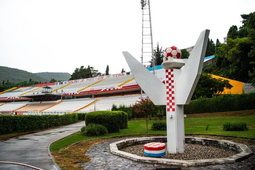 Monumento vejado del estadio que les robaron. Foto Cordon