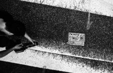 El cineasta Jon Foy junto a una placa Toynbee en Filadelfia, Estados Unidos, durante la grabación de Resurrect Dead, 2011.