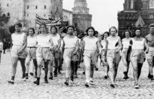 Atletas soviéticas durante un desfile en la Plaza Roja de Moscú en 1927. Fotografía: Arkady Shaikhet / Getty.