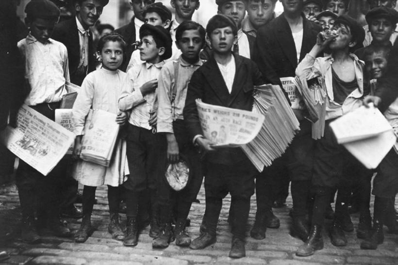 Newsboys a punto de repartir el periódico de la tarde New York City 1910. Fotografía Lewis Hine The U.S. National Archives.