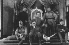 Soldados soviéticos en el trono de Puyi tras la conquista de Changchun.